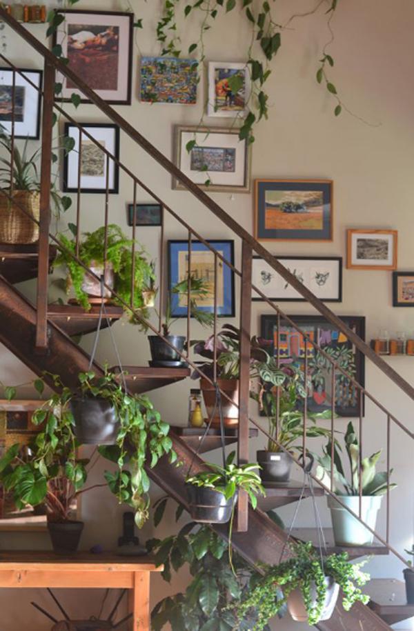 desain-tanaman-hias-tangga-dengan-dinding-galeri