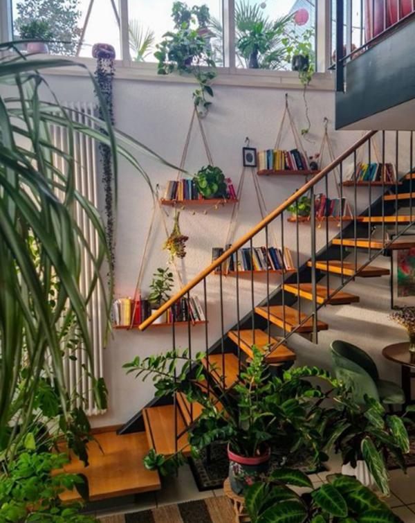 ide-taman-tangga-rumah-dengan-rak-gantung