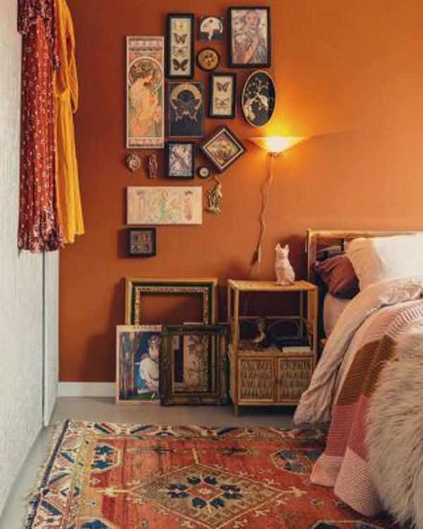 kamar-tidur-bergaya-bohemian-dengan-skema-warna-terakota