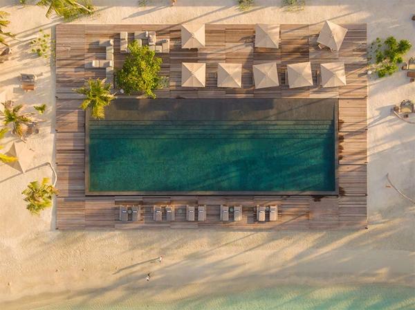 kolam-renang-hotel-di-pantai-maladewa
