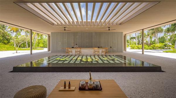 lobi-hotel-dengan-kolam-alami