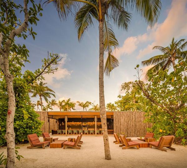 resor-pantai-luar-ruangan-bernuansa-tropis