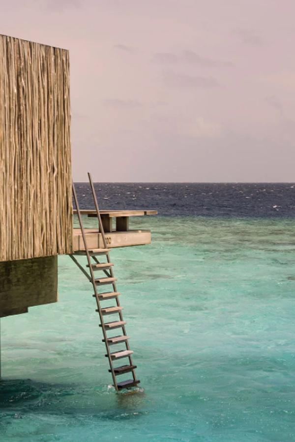 resor-pulau-dengan-tangga-ke-laut