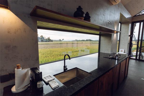 dapur-terbuka-yang-nyaman-dengan-pemandangan-sawah