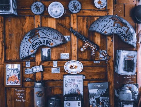 dekorasi-dinding-antik-di-80s-bocor-alus