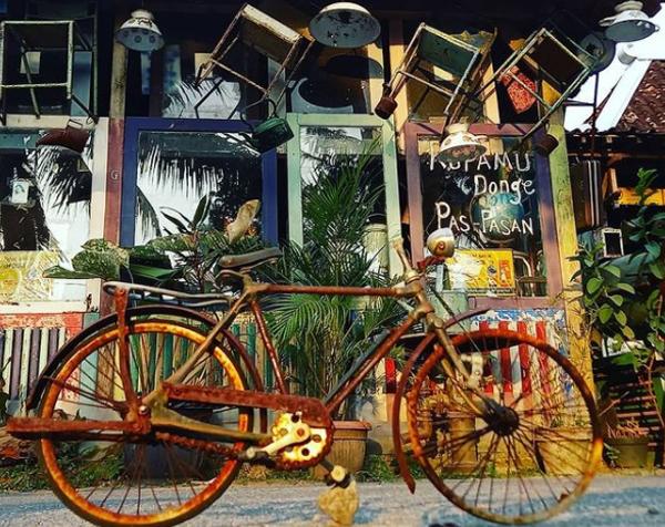 desain-cafe-antik-dengan-sepeda-tua