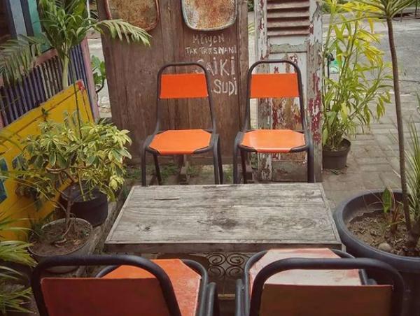 desain-kursi-cafe-luar-ruangan-bergaya-vintage