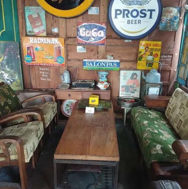 desain-kursi-dan-meja-cafe-jadul