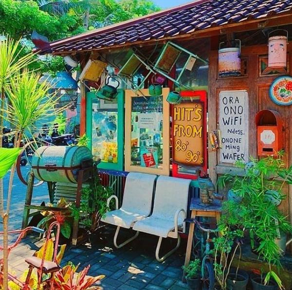 desain-pintu-depan-cafe-80s-bocor-alus