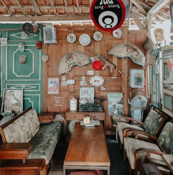 desain-tempat-makan-cafe-80s--bertema-vintage